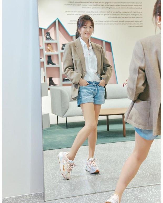 Song Hye Kyo trẻ trung như gái đôi mươi, gây thiện cảm khi tự thiết kế giày ủng hộ quỹ từ thiện - Ảnh 7.