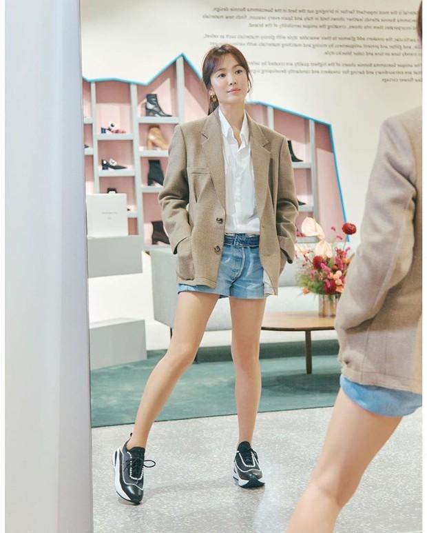 Song Hye Kyo trẻ trung như gái đôi mươi, gây thiện cảm khi tự thiết kế giày ủng hộ quỹ từ thiện - Ảnh 8.