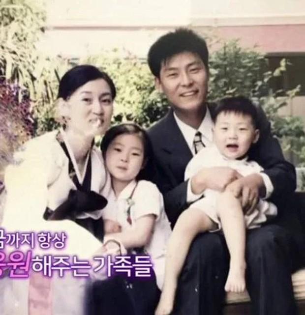 11 idol Kpop là bản sao của bố mẹ: Cha con nhà V (BTS) quá đỉnh, mẹ của mỹ nhân TWICE gây bão vì ảnh hồi trẻ - Ảnh 28.