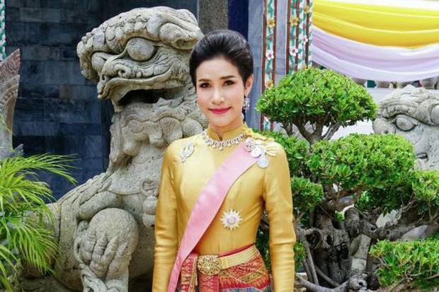 Vừa phế truất Hoàng quý phi, Vua Thái Lan bất ngờ sa thải tướng cận vệ Hoàng gia - Ảnh 3.