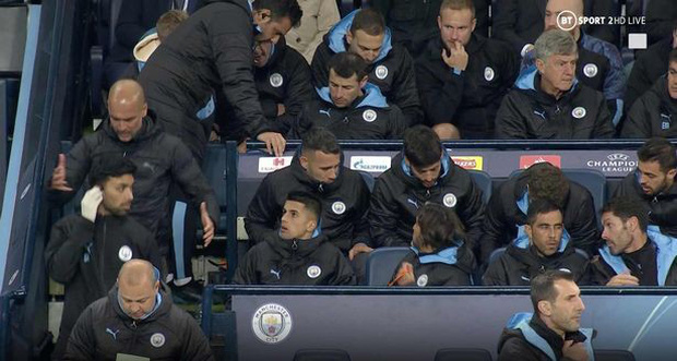 HLV Man City mất bình tĩnh, vò đầu bứt tai, đập bàn đập ghế vì học trò chây ỳ - Ảnh 3.