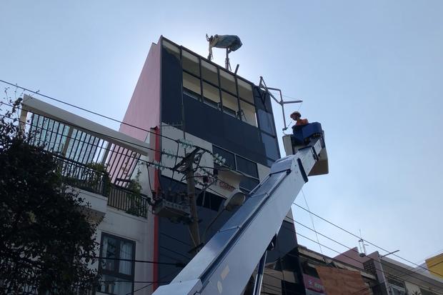 Đôi vợ chồng trẻ chạy xe máy trọng thương vì bị giàn treo di động từ tòa nhà cao tầng rơi trúng - Ảnh 3.