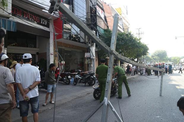 Đôi vợ chồng trẻ chạy xe máy trọng thương vì bị giàn treo di động từ tòa nhà cao tầng rơi trúng - Ảnh 7.