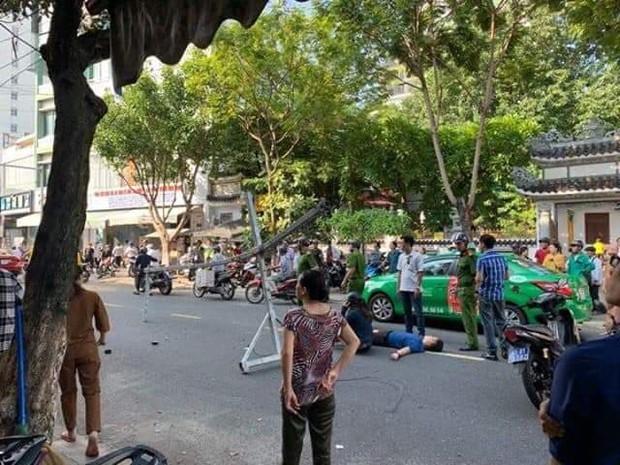Đôi vợ chồng trẻ chạy xe máy trọng thương vì bị giàn treo di động từ tòa nhà cao tầng rơi trúng - Ảnh 2.