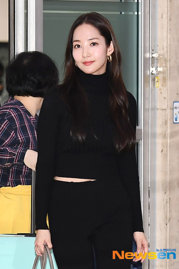 2 ngày liên tiếp gây bão, nữ hoàng dao kéo Park Min Young diện cả cây đen đơn giản mà leo lên hàng loạt đầu báo - Ảnh 8.