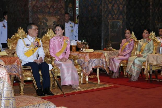 Hoàng hậu Thái Lan lần đầu xuất hiện sau khi Hoàng quý phi bị phế truất, tươi cười rạng rỡ bên Quốc vương trong sự kiện mới nhất - Ảnh 3.