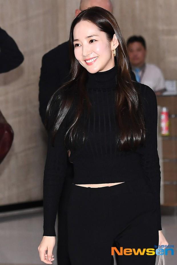 2 ngày liên tiếp gây bão, nữ hoàng dao kéo Park Min Young diện cả cây đen đơn giản mà leo lên hàng loạt đầu báo - Ảnh 5.