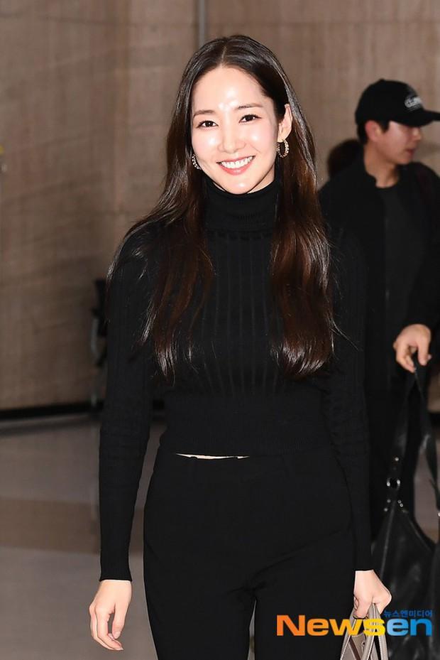 2 ngày liên tiếp gây bão, nữ hoàng dao kéo Park Min Young diện cả cây đen đơn giản mà leo lên hàng loạt đầu báo - Ảnh 4.