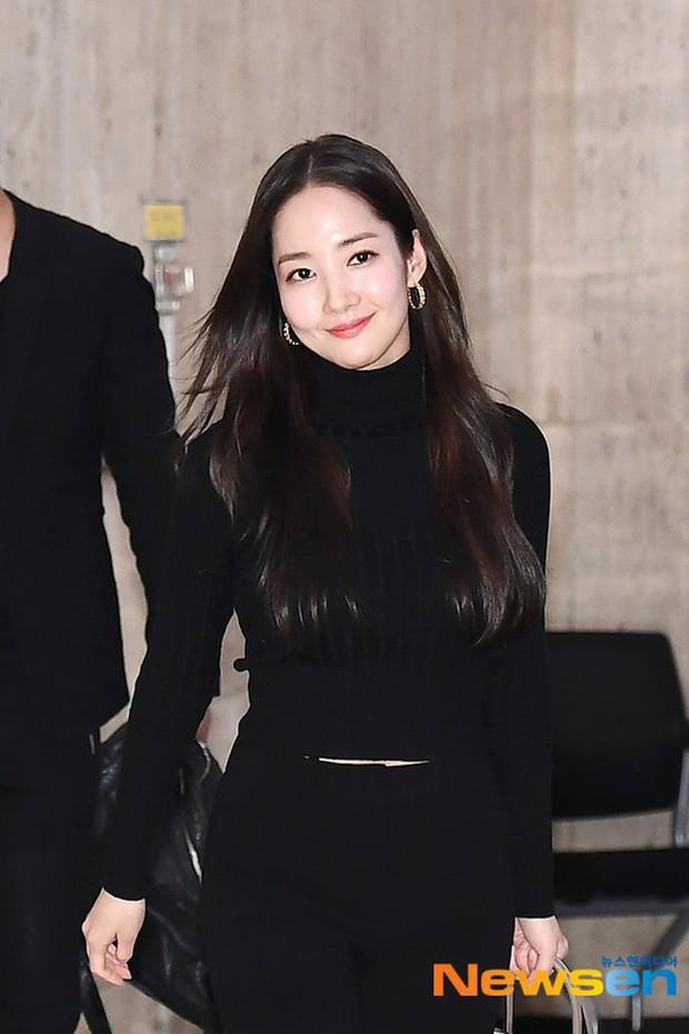 2 ngày liên tiếp gây bão, nữ hoàng dao kéo Park Min Young diện cả cây đen đơn giản mà leo lên hàng loạt đầu báo - Ảnh 6.
