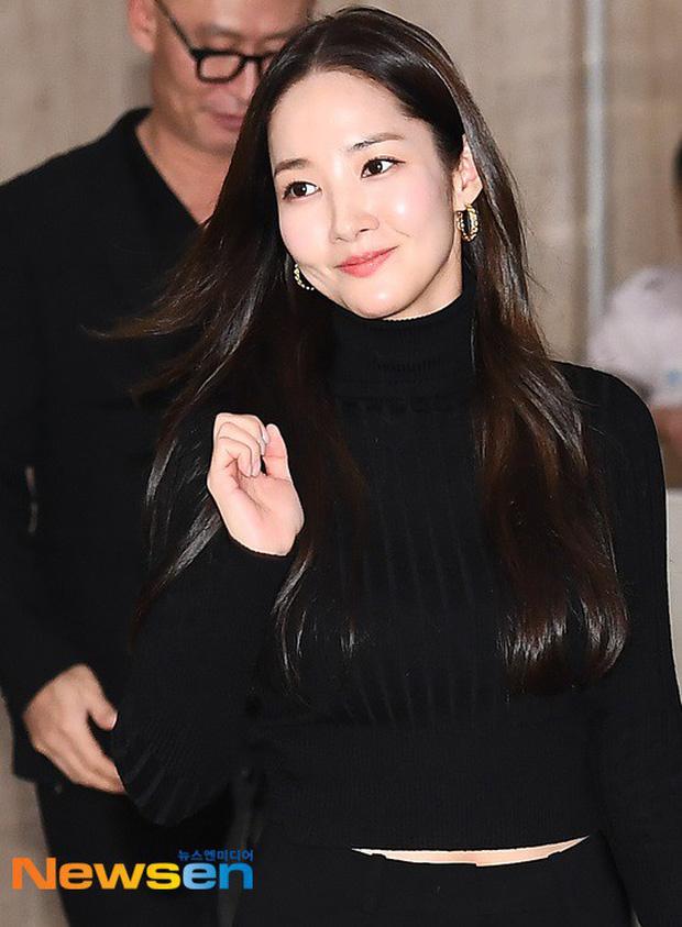 2 ngày liên tiếp gây bão, nữ hoàng dao kéo Park Min Young diện cả cây đen đơn giản mà leo lên hàng loạt đầu báo - Ảnh 3.
