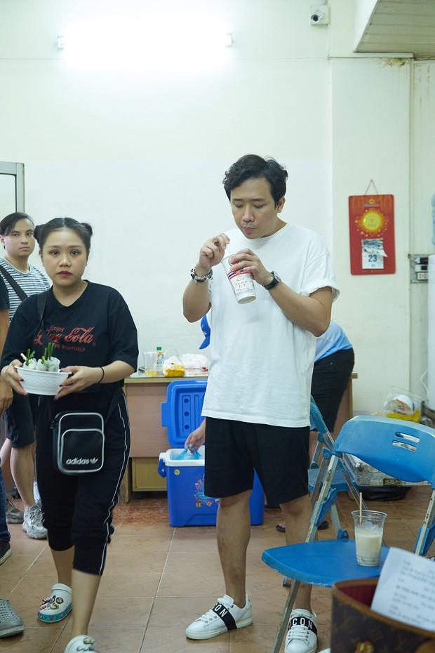 Trấn Thành, Trường Giang lộ vẻ ngoài chưa makeup, cùng dàn sao Vbiz tập luyện xuyên đêm cho liveshow Chí Tài - Ảnh 2.