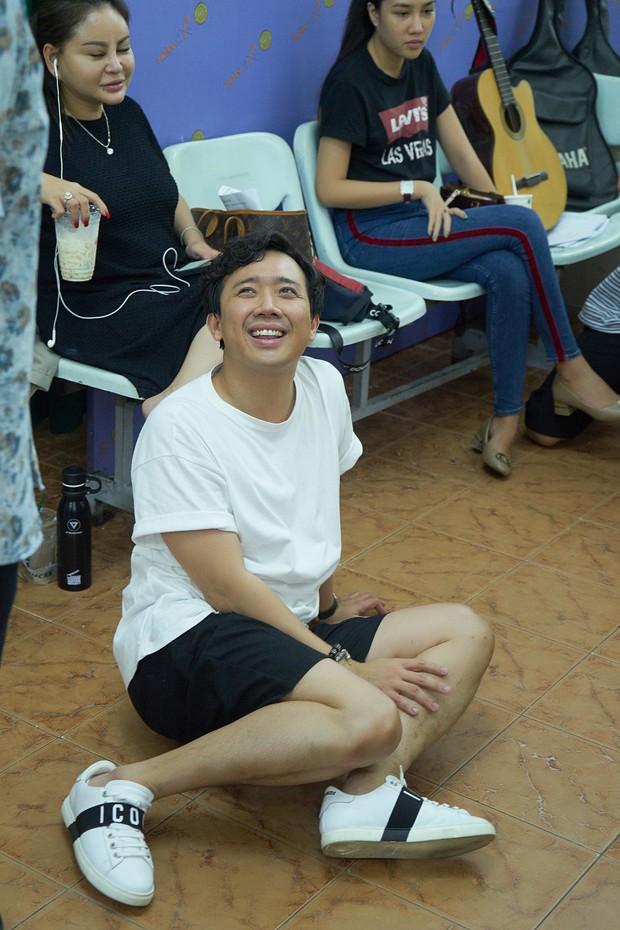 Trấn Thành, Trường Giang lộ vẻ ngoài chưa makeup, cùng dàn sao Vbiz tập luyện xuyên đêm cho liveshow Chí Tài - Ảnh 3.