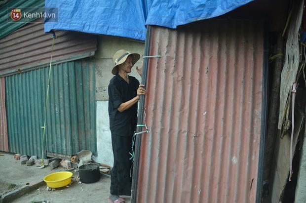 Xót thương cụ bà nhường căn phòng 3m2 cho con trai rồi sống một mình trong nhà rác sau chợ Long Biên - Ảnh 1.