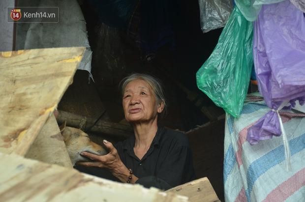 Xót thương cụ bà nhường căn phòng 3m2 cho con trai rồi sống một mình trong nhà rác sau chợ Long Biên - Ảnh 6.