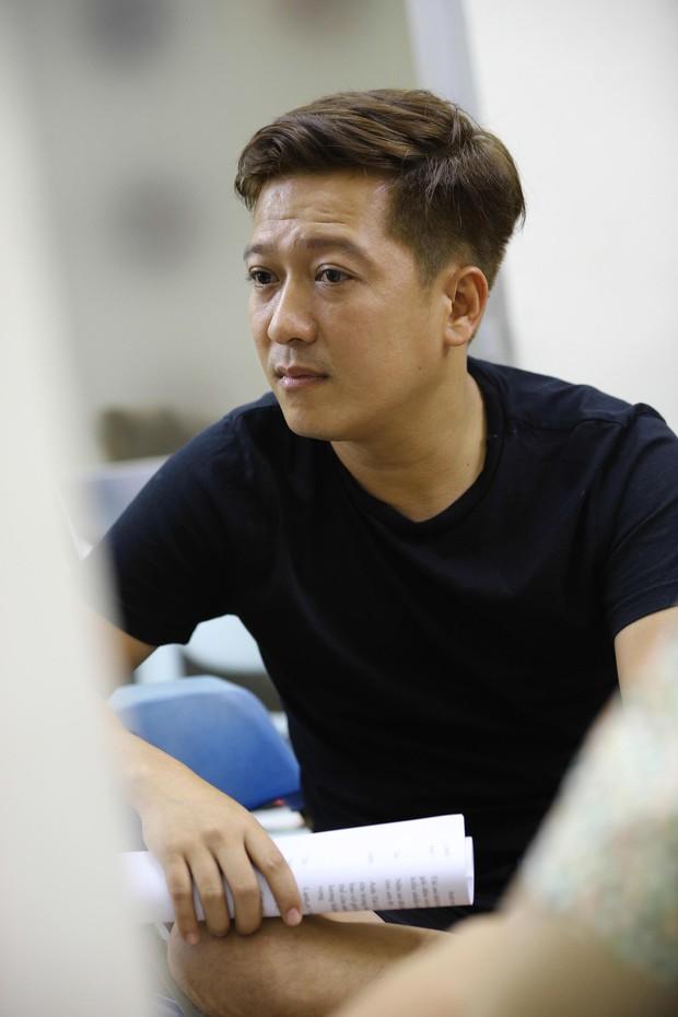 Trấn Thành, Trường Giang lộ vẻ ngoài chưa makeup, cùng dàn sao Vbiz tập luyện xuyên đêm cho liveshow Chí Tài - Ảnh 4.
