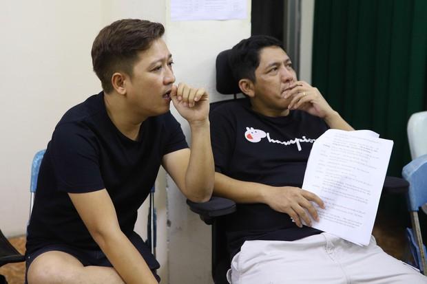 Trấn Thành, Trường Giang lộ vẻ ngoài chưa makeup, cùng dàn sao Vbiz tập luyện xuyên đêm cho liveshow Chí Tài - Ảnh 6.