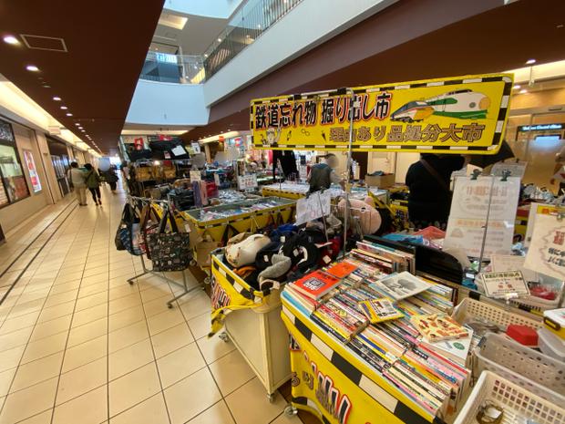 """Kỳ lạ khu chợ chuyên bán đồ khách bỏ quên trên tàu điện ở Nhật, muốn mua hàng hiệu """"giá rẻ như cho"""" thì đến đây - Ảnh 4."""