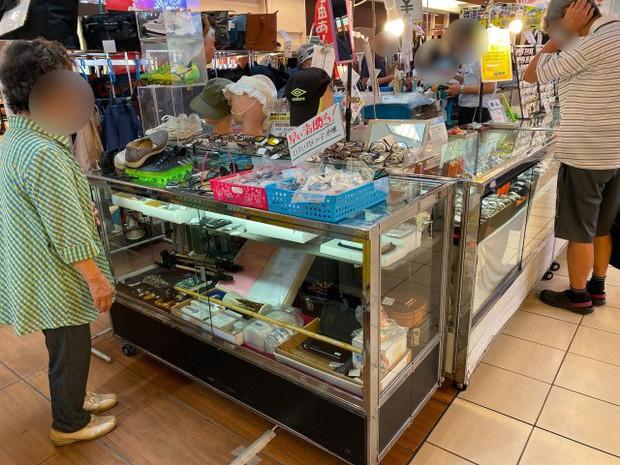 """Kỳ lạ khu chợ chuyên bán đồ khách bỏ quên trên tàu điện ở Nhật, muốn mua hàng hiệu """"giá rẻ như cho"""" thì đến đây - Ảnh 5."""