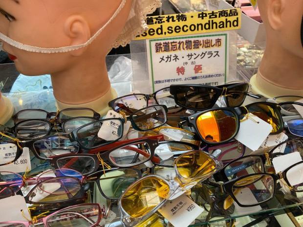"""Kỳ lạ khu chợ chuyên bán đồ khách bỏ quên trên tàu điện ở Nhật, muốn mua hàng hiệu """"giá rẻ như cho"""" thì đến đây - Ảnh 14."""