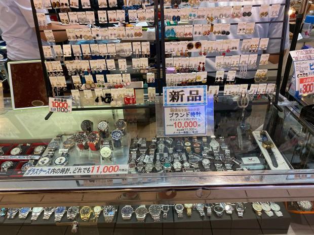 """Kỳ lạ khu chợ chuyên bán đồ khách bỏ quên trên tàu điện ở Nhật, muốn mua hàng hiệu """"giá rẻ như cho"""" thì đến đây - Ảnh 22."""