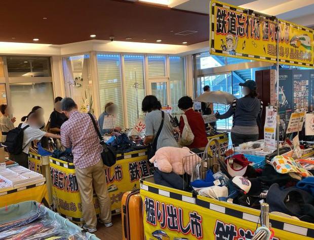 """Kỳ lạ khu chợ chuyên bán đồ khách bỏ quên trên tàu điện ở Nhật, muốn mua hàng hiệu """"giá rẻ như cho"""" thì đến đây - Ảnh 3."""
