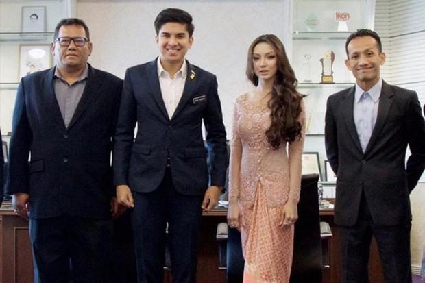 Người đẹp bí ẩn đứng cạnh bộ trưởng trẻ nhất Malaysia là ai? - Ảnh 1.