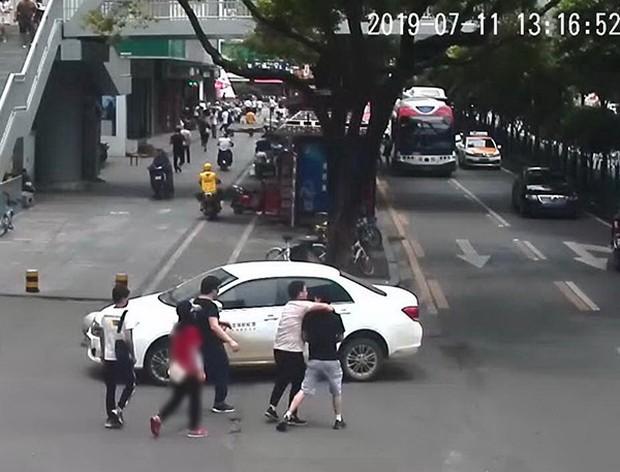 Bạn trai đột ngột bị 3 người đến bắt đi không lý do, cô gái báo cảnh sát mới phát hiện bộ mặt thật của chồng tương lai - Ảnh 1.
