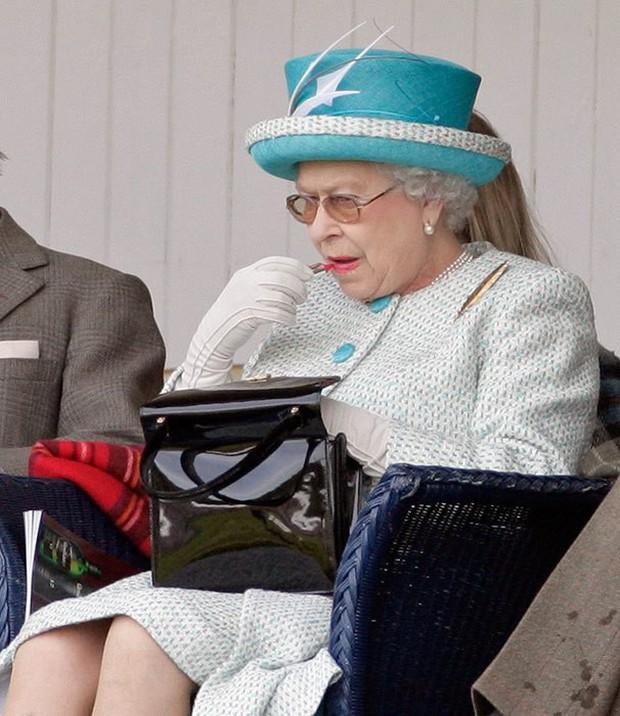 Nữ hoàng Anh luôn trẻ hơn nhiều so với tuổi 93 nhờ kỹ nghệ make up cao siêu chị em nên học ngay nếu muốn hack tuổi - Ảnh 1.