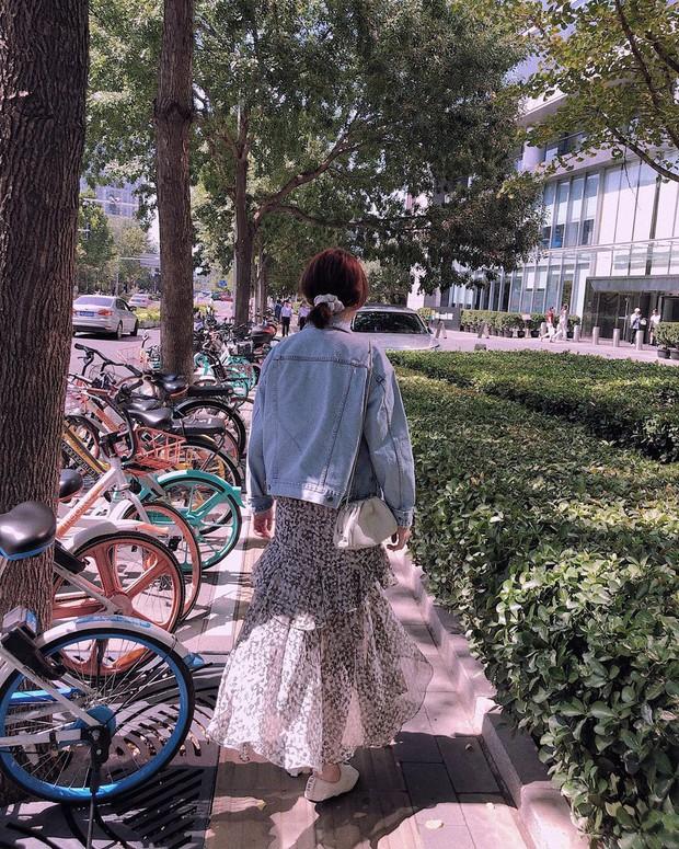 Giờ áo khoác denim toàn được diện theo cách điệu đời thế này, bạn phải bắt sóng luôn để trời trở lạnh là kịp xinh đẹp - Ảnh 13.