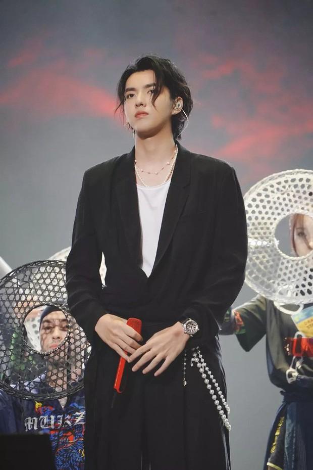 Những mỹ nam khiến dân tình đổ gục khi đeo vòng ngọc trai: Từ idol đẹp nhất thế giới đến Sơn Tùng đều góp mặt - Ảnh 7.