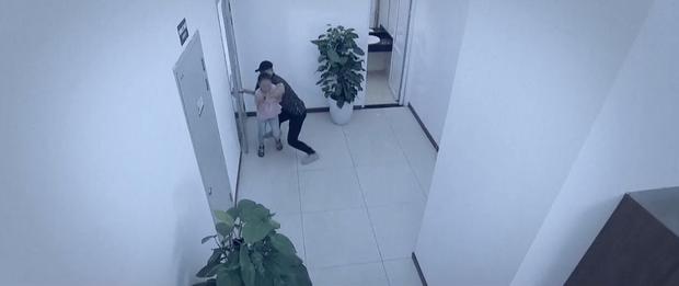 Hoa Hồng Trên Ngực Trái tập 23: Tính mạng con gái bị đe doạ mà Thái vẫn mải tranh nhà, cướp đất từ Khuê - Ảnh 3.