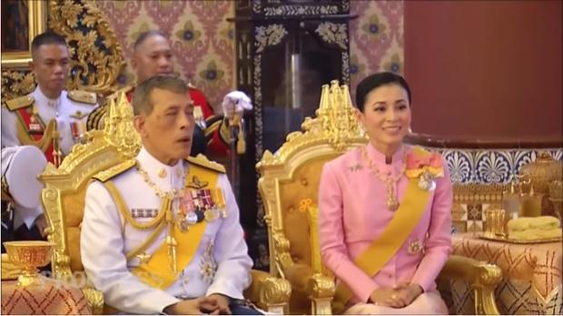 Hoàng hậu Thái Lan lần đầu xuất hiện sau khi Hoàng quý phi bị phế truất, tươi cười rạng rỡ bên Quốc vương trong sự kiện mới nhất - Ảnh 2.