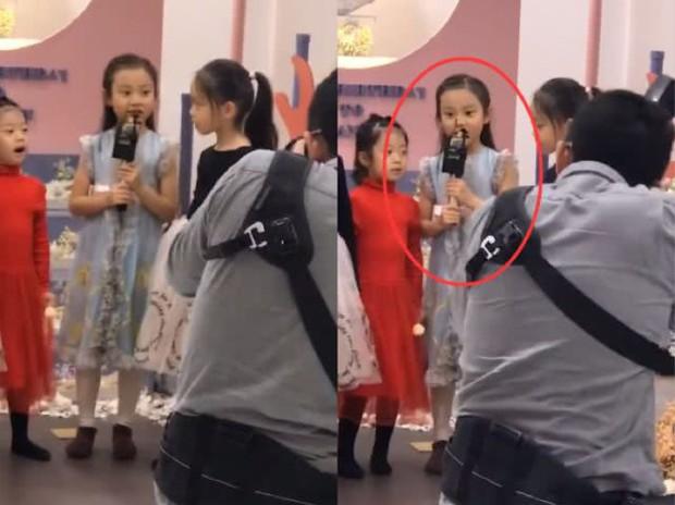 Lý Tiểu Lộ tổ chức sinh nhật cho con gái Điềm Hinh, Giả Nãi Lượng làm 1 hành động khiến Cbiz xót xa - Ảnh 2.