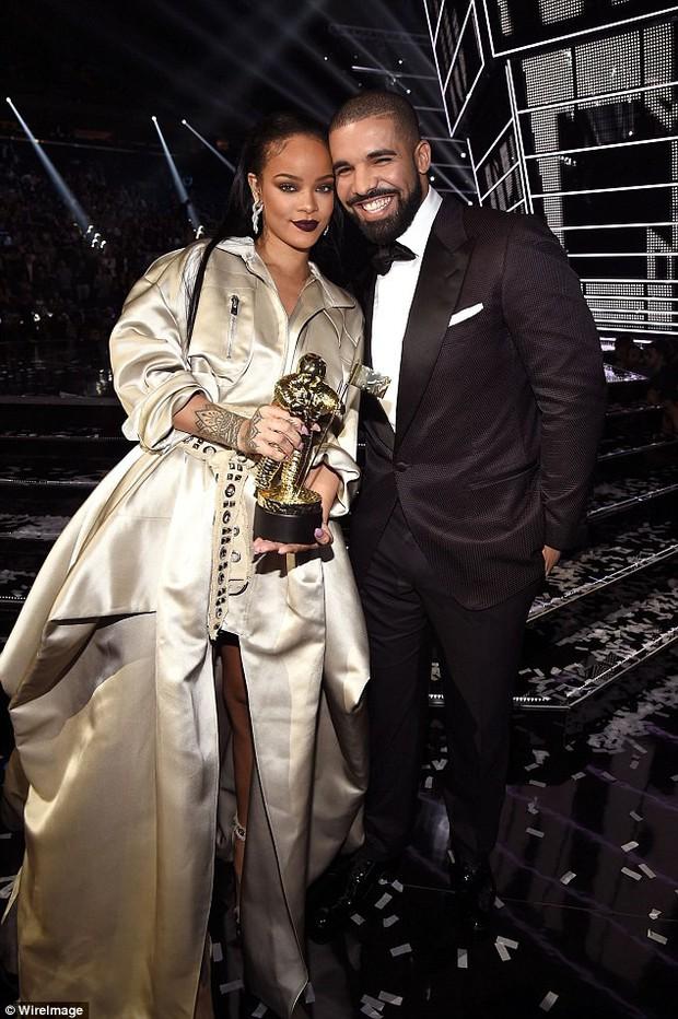 2 năm sau tuyên bố không còn là bạn và chia tay, Rihanna bỗng có động thái khiến tình cũ Drake không khỏi bất ngờ - Ảnh 3.