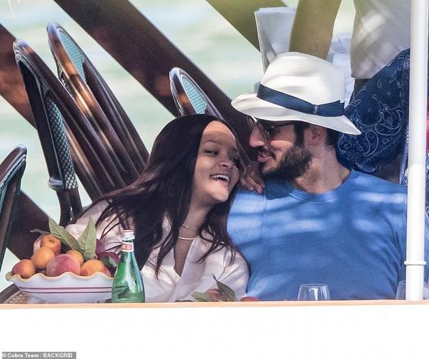 2 năm sau tuyên bố không còn là bạn và chia tay, Rihanna bỗng có động thái khiến tình cũ Drake không khỏi bất ngờ - Ảnh 4.