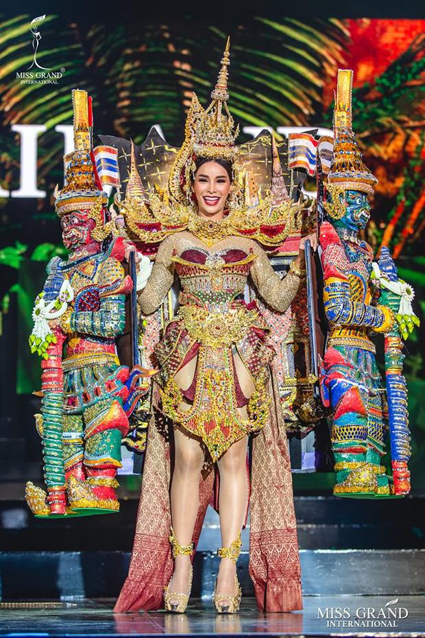 Top 20 Quốc Phục đẹp nhất Miss Grand: Kiều Loan gặp sự cố vẫn giữ vị trí cao, chỉ xếp sau duy nhất một thí sinh - Ảnh 3.