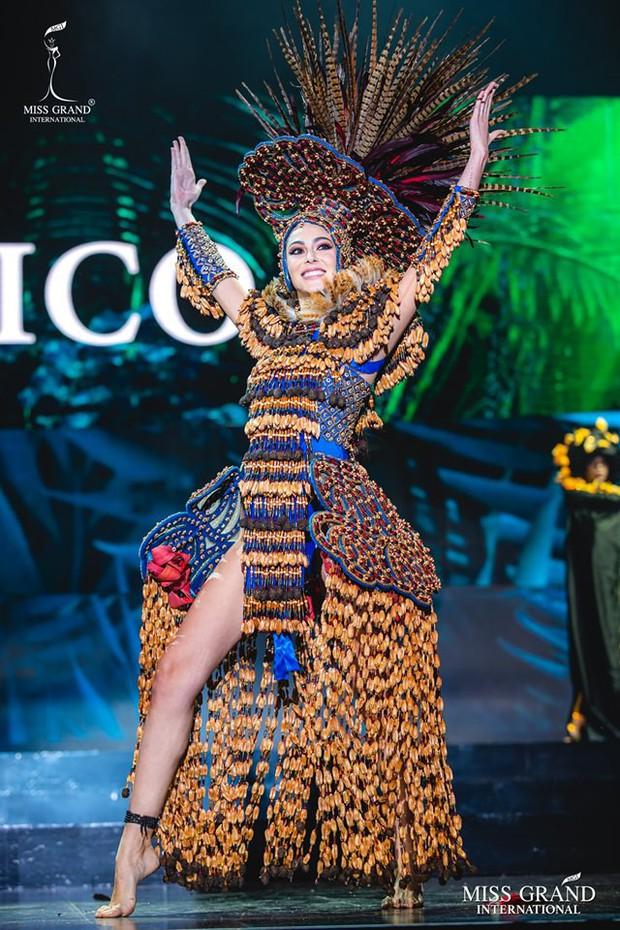 Top 20 Quốc Phục đẹp nhất Miss Grand: Kiều Loan gặp sự cố vẫn giữ vị trí cao, chỉ xếp sau duy nhất một thí sinh - Ảnh 4.