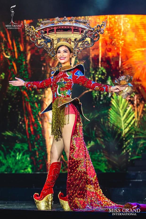 Top 20 Quốc Phục đẹp nhất Miss Grand: Kiều Loan gặp sự cố vẫn giữ vị trí cao, chỉ xếp sau duy nhất một thí sinh - Ảnh 1.