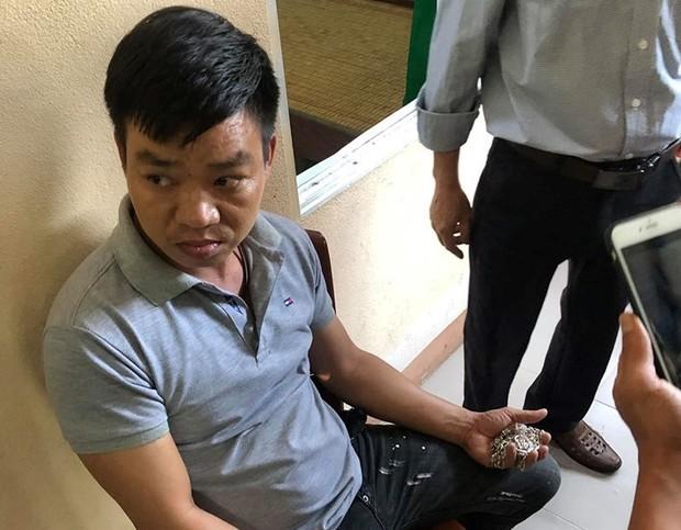 Thầy cô vây bắt thanh niên lẻn vào trường tiểu học dụ dỗ học sinh để lấy 16 dây chuyền - Ảnh 1.
