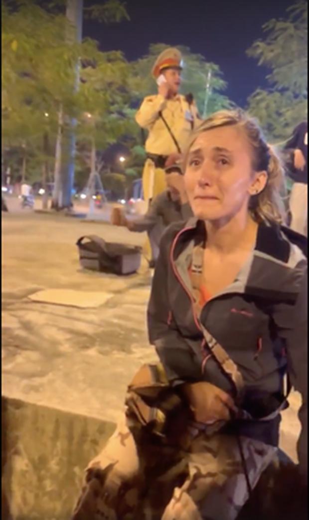"""Hà Nội: Bức tức vì không được """"nựng chó"""" người đàn ông say xỉn hành hung người phụ nữ ngoại quốc giữa phố - Ảnh 1."""