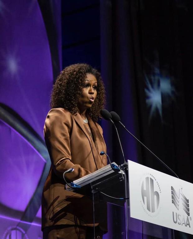 Danh tính vị khách hàng mới nhất của NTK Công Trí sẽ khiến chúng ta phải há hốc: Michelle Obama! - Ảnh 1.