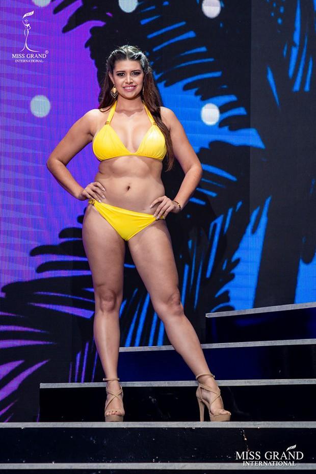 """Thí sinh Miss Grand lộ body ngấn mỡ trong phần trình diễn bikini, Kiều Loan kịp thời """"ghi điểm"""" nhờ thần thái cuốn hút - Ảnh 3."""
