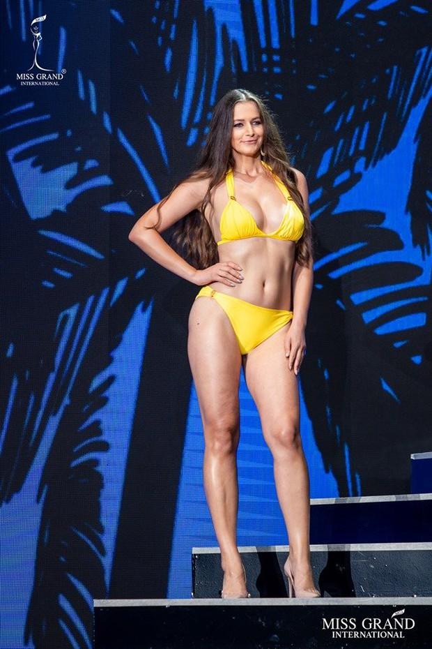 """Thí sinh Miss Grand lộ body ngấn mỡ trong phần trình diễn bikini, Kiều Loan kịp thời """"ghi điểm"""" nhờ thần thái cuốn hút - Ảnh 5."""