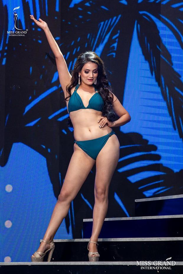 """Thí sinh Miss Grand lộ body ngấn mỡ trong phần trình diễn bikini, Kiều Loan kịp thời """"ghi điểm"""" nhờ thần thái cuốn hút - Ảnh 8."""