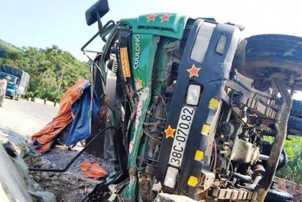 Nghệ An: Xe chở đá lật nghiêng ở dốc Kẻ Gai, tài xế chết thảm trong cabin - Ảnh 1.