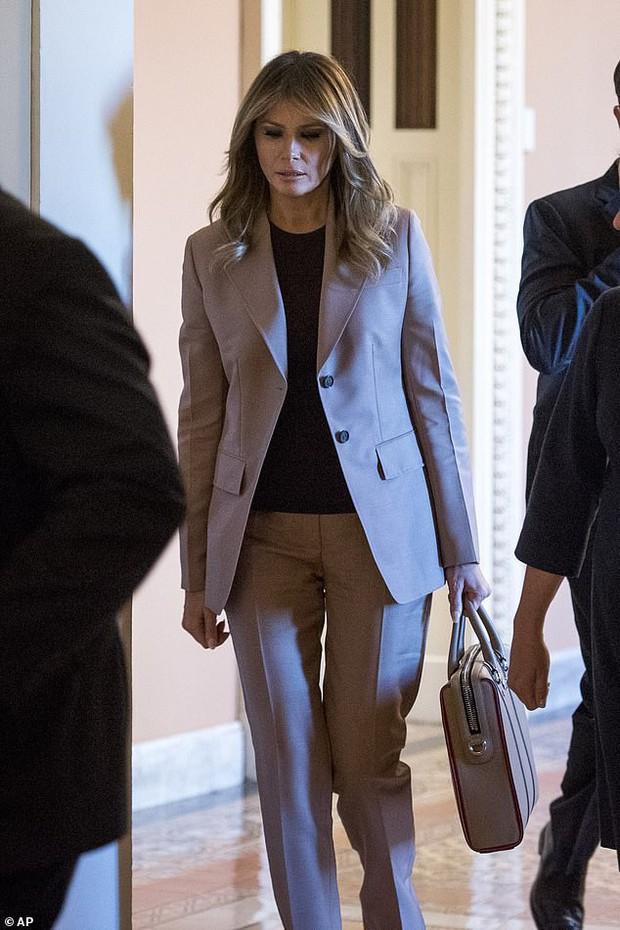 Bà Melania Trump ăn vận thanh lịch nhưng lại giống hệt Công nương Diana, dân tình người khen người chê tơi tả - Ảnh 1.
