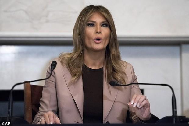 Bà Melania Trump ăn vận thanh lịch nhưng lại giống hệt Công nương Diana, dân tình người khen người chê tơi tả - Ảnh 3.