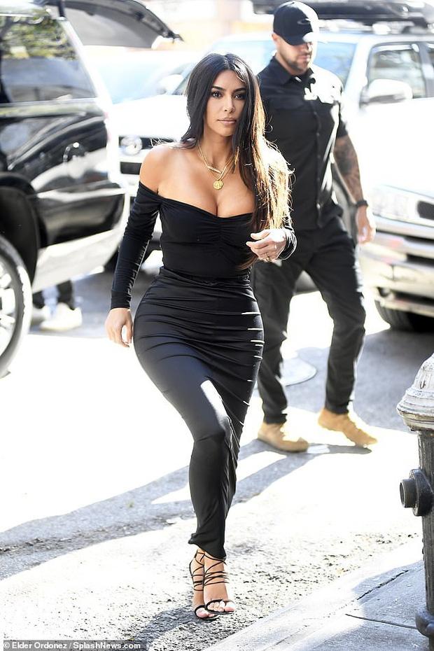 Kim Kardashian lại khiến cộng đồng mạng trầm trồ: Body đã đạt ngưỡng đỉnh cao, không còn khủng quá đà như trước! - Ảnh 1.
