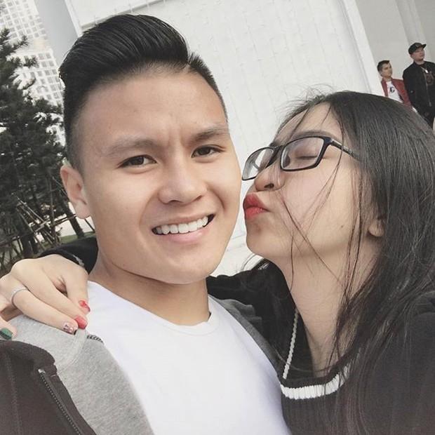 Bà chủ Sài Gòn vướng nghi vấn hẹn hò Quang Hải viết status ẩn ý giữa lúc cầu thủ thân mật với gái xinh 1m52 - Ảnh 1.
