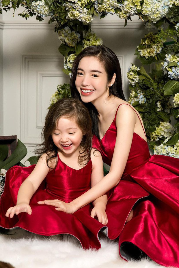 Công chúa nhà Elly Trần tiếp tục gây sốt với vẻ ngoài sành điệu, tạo dáng như mẫu nhí dưới góc máy của mẹ - Ảnh 5.